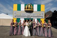 Königspaar mit Hofdamen vor der Residenz